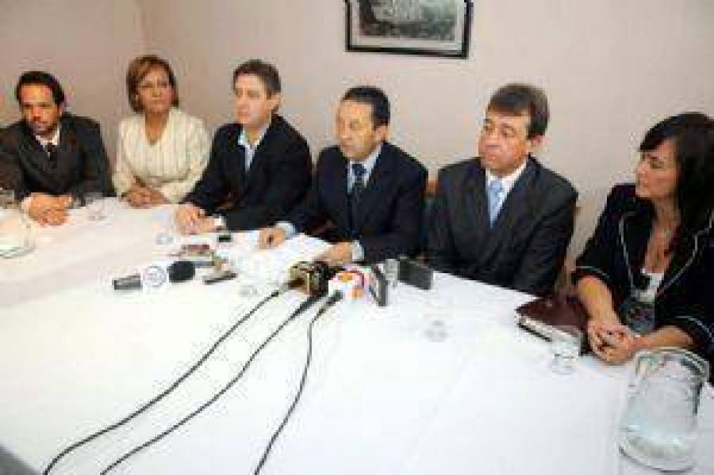 Jaque dijo que hará campaña y presentó a los candidatos oficialistas.