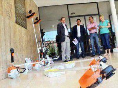 En el marco de la Campaña de Lucha contra el Dengue: entregaron desmalezadoras para dos comisiones municipales