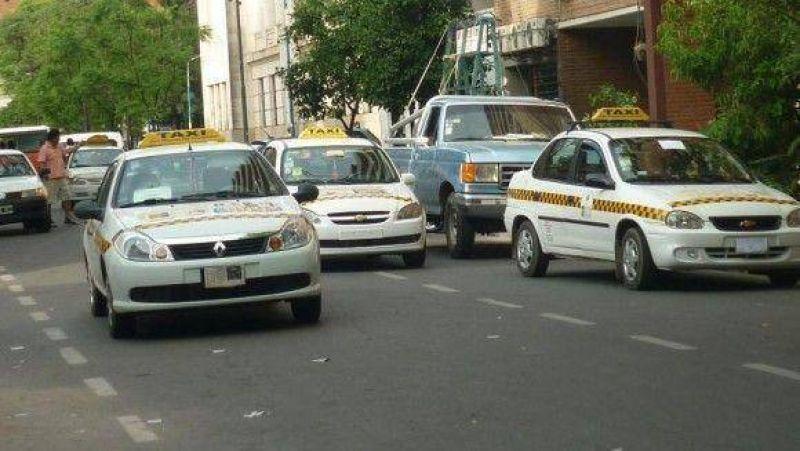 Los taxistas reclaman mayores controles de autos ilegales durante el verano