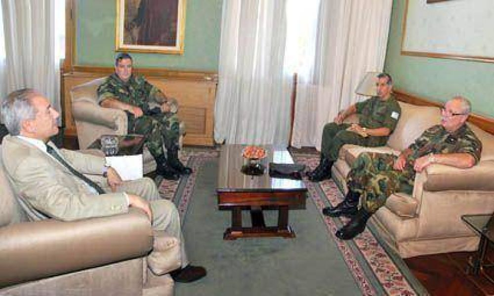 Barrionuevo recibió la Visita de jefes militares