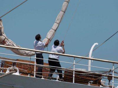 Un día después del arribo, la tripulación de la Fragata permanece a bordo