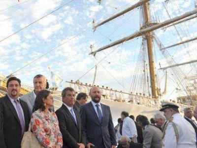 """La llegada de la Fragata es """"un símbolo de una Argentina libre"""", dijo Urribarri"""