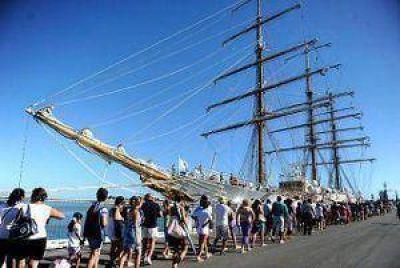 Largas filas de gente para visitar la Fragata Libertad en su primer día de visita
