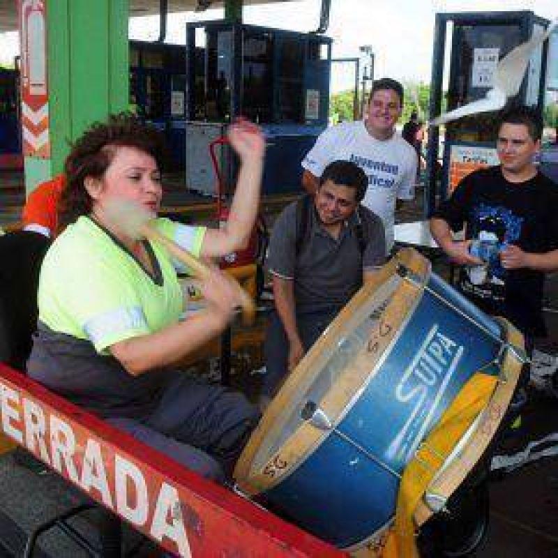 Continúa el paro de los trabajadores del peaje de la Autopista Buenos Aires – La Plata