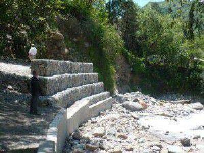 Realizan tareas de protección en banquinas de ruta N°4 por aumento en el caudal del río Yala