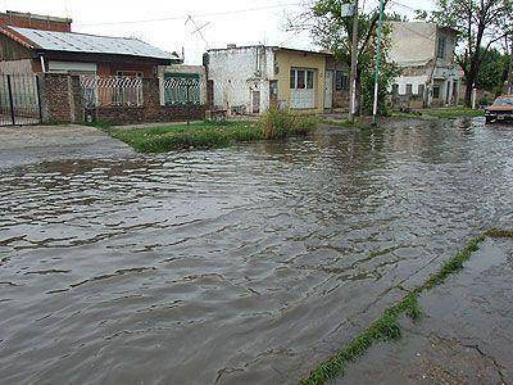 El agua estancada por la lluvia evidencia fallas en obras hídricas.