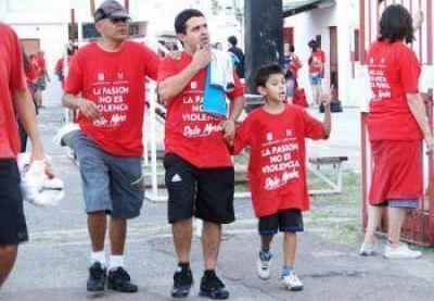 La cancha de Morón se vistió contra la violencia en el fútbol