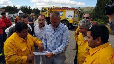 El gobernador visitó a los brigadistas que trabajan en el incendio en el Parque Nacional Los Alerces