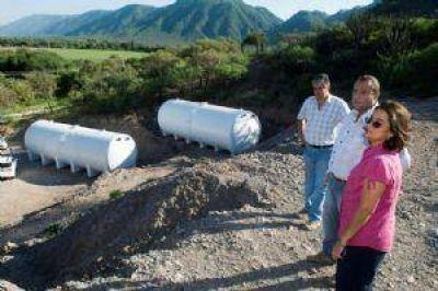 Luc�a visit� la obra de reserva de agua en Fray Mamerto Esqui�