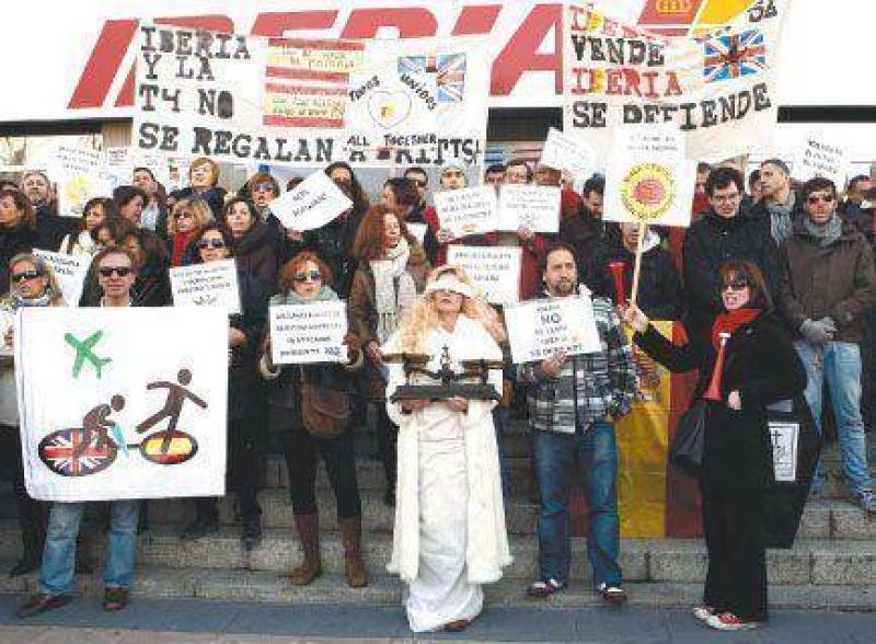 Los trabajadores de Iberia pararán 15 días contra un brutal plan de recortes