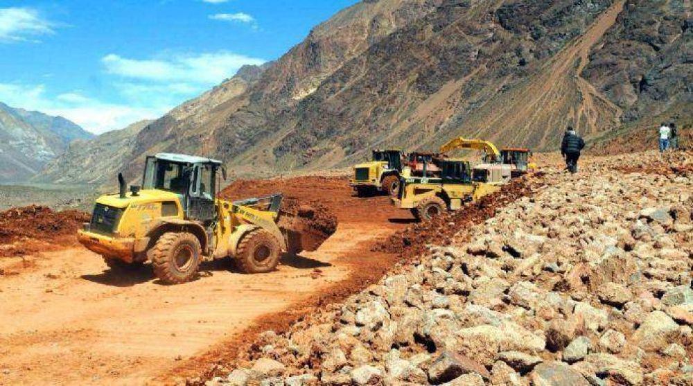 Cerros derrumbados aún bloquean la ruta a Chile
