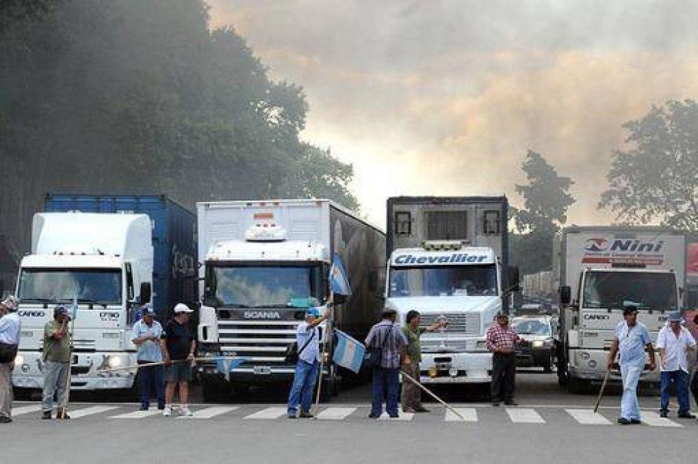 Camioneros bloquean centros de distribución de productos