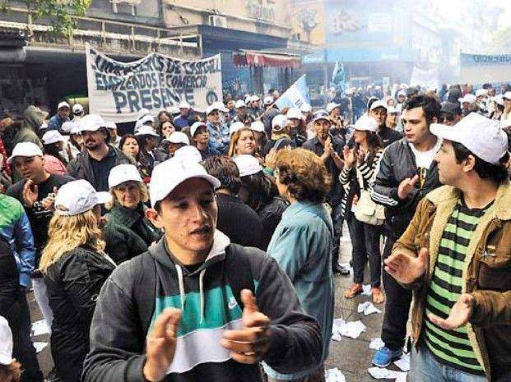 Una manifestación de empleados obligó a los comerciantes a bajar las persianas