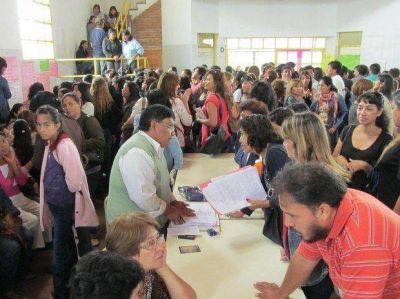 Cientos de maestros pugnan por un lugar para trabajar