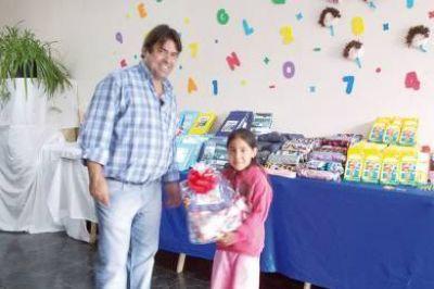 Cabrera entregó 200 kits escolares