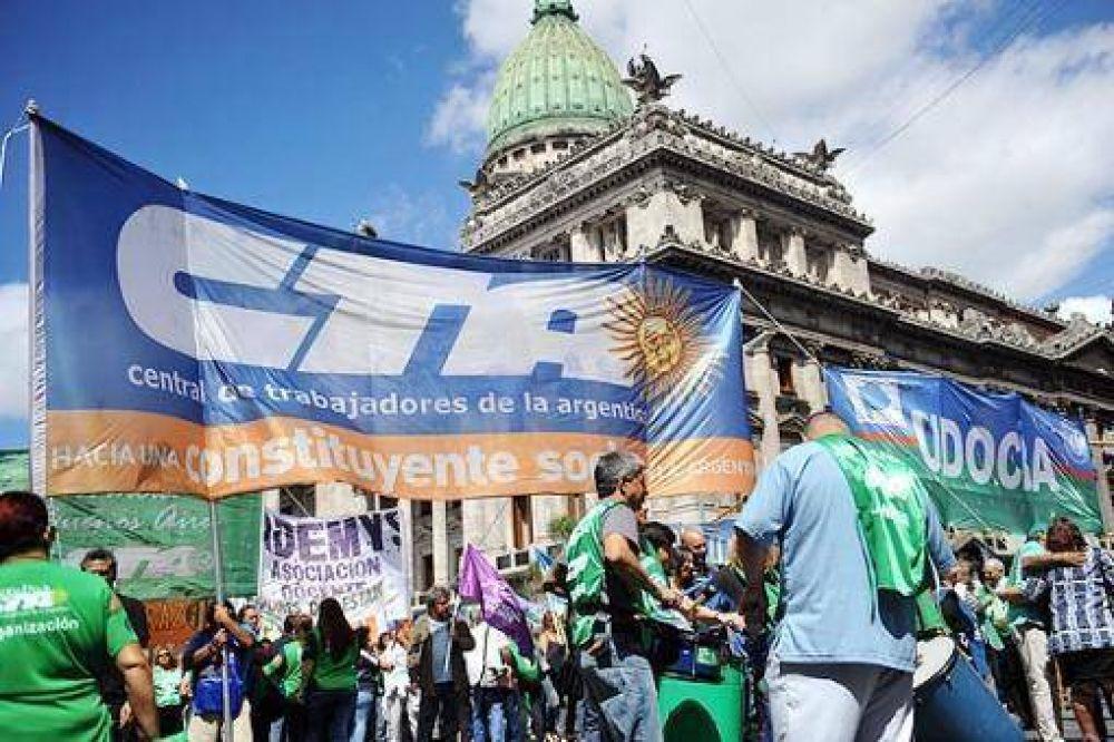 Trabajadores estatales bonaerenses reclamaron aumentos frente a la Casa de la Provincia de Buenos Aires