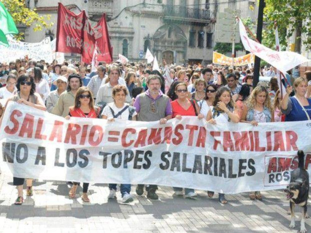 Docentes y estatales marcharon por el centro para repudiar la oferta salarial