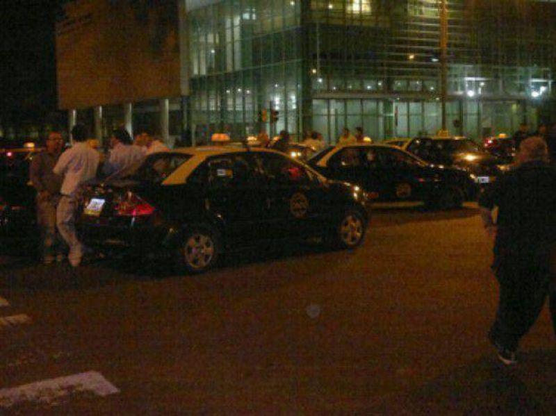 Prometieron corredores seguros para los taxistas y por el momento no habrá paro