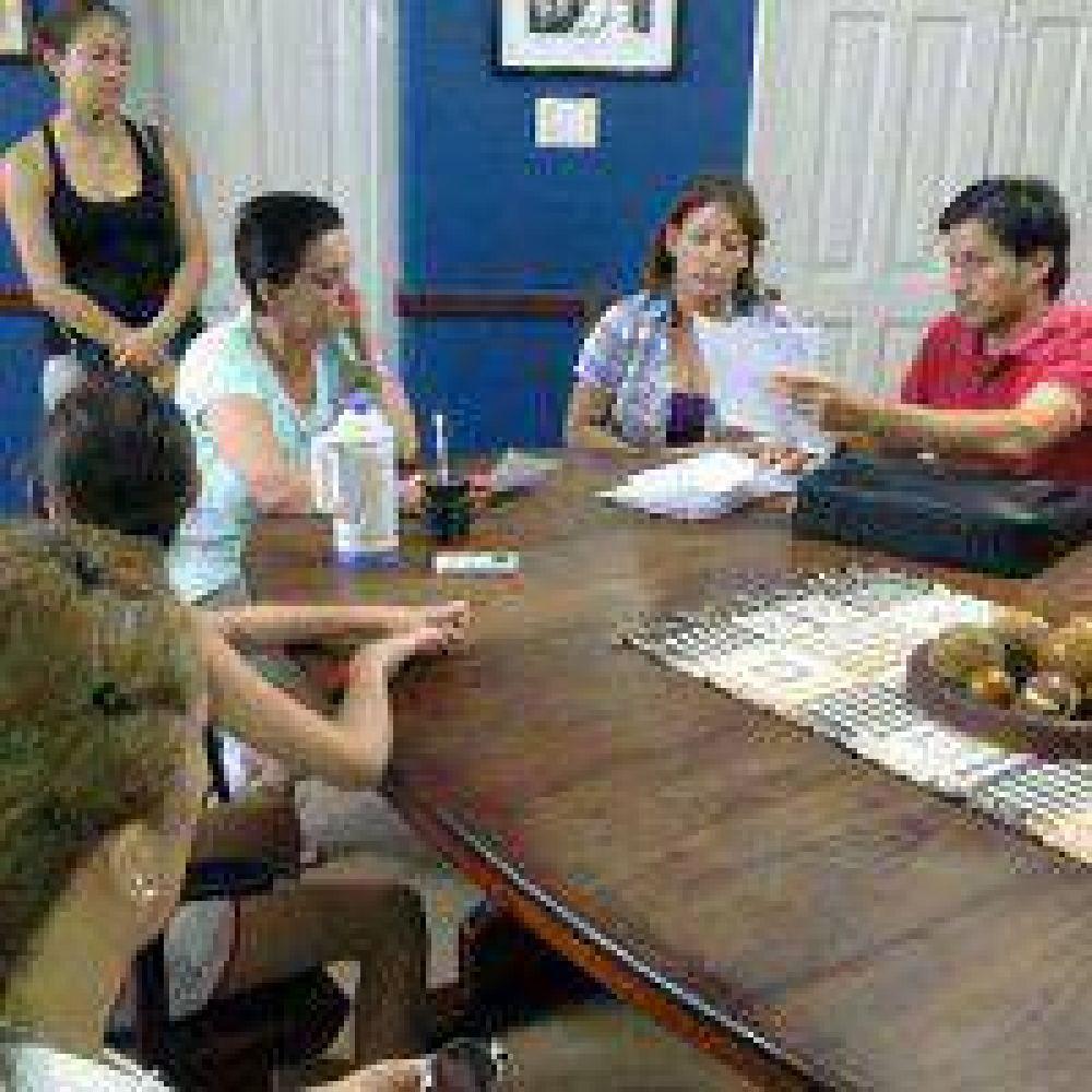 Villa Angela: Marcha docente entrega petitorio a la intendente