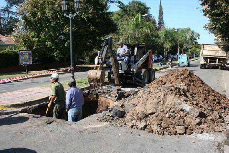 En su intersección con Balbín: Intenso trabajo del municipio en la reparación de la Av. Rivadavia