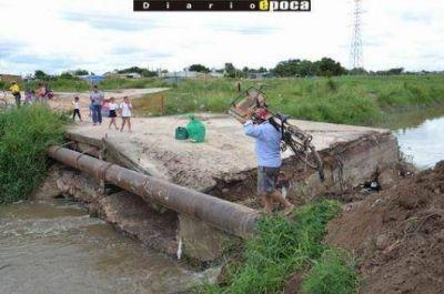 Volvió a caer el puente que une a los barrios Pirayuí y Doctor Montaña