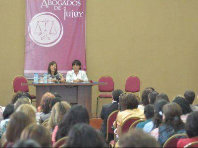 Presentan adhesión a Ley de protección de las mujeres