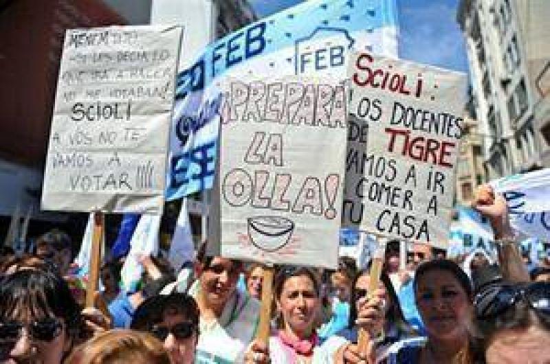 Los gremios docentes y estatales endurecen sus reclamos a Scioli