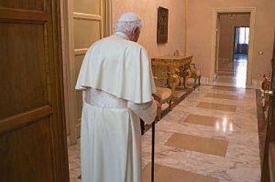 Ratzinger silencioso, acompaña rezando