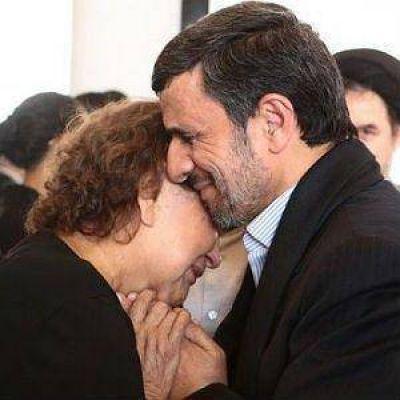 Ahmadineyad recibe críticas por abrazar a la madre de Chávez