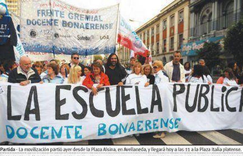 Sin diálogo con el gobierno de Scioli, los docentes llevan su reclamo en caravana