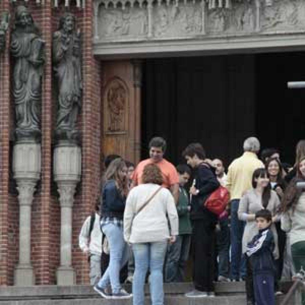 Catedral platense: feligreses se congregaron para celebrar la designación de Francisco