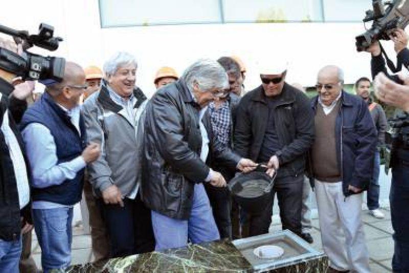 Moyano dejó inaugurado obras y colocó la piedra basal de la clínica