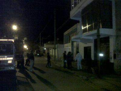 Peritos y forenses todavía trabajan en el lugar del crimen de Ramón Flores