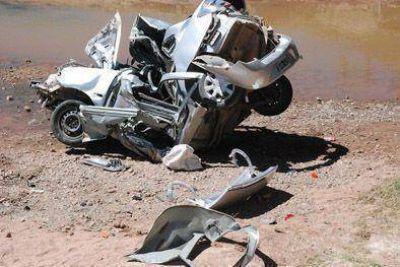 Dos muertos al caer vehículo de un puente