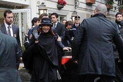 Cristina con Bergoglio: conversación amena e intercambio de regalos