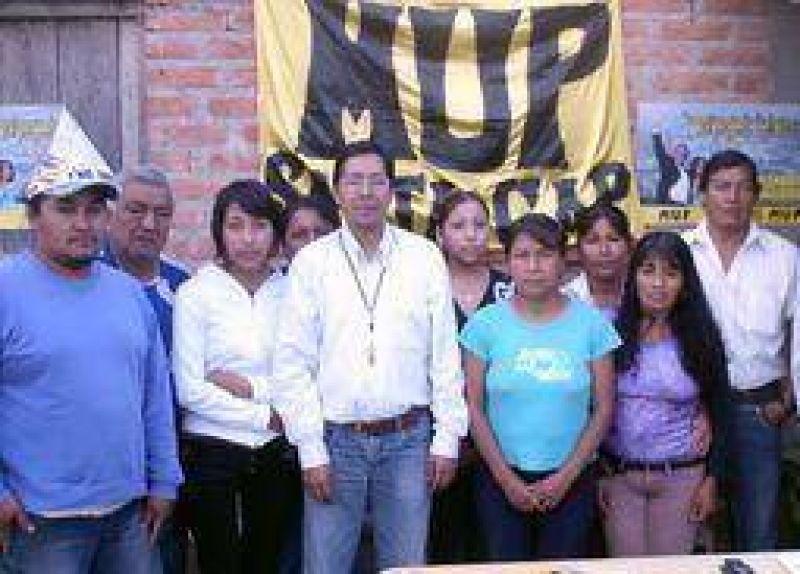El candidato a diputado nacional Dante Aucapiña recorrio barrios de la zona sudoeste.