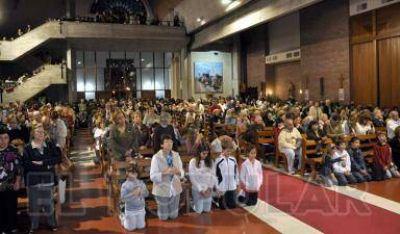Cientos de fieles rezaron por el Papa en la Iglesia San José