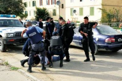 Le gatilló a la cabeza de un policía y el arma se trabó