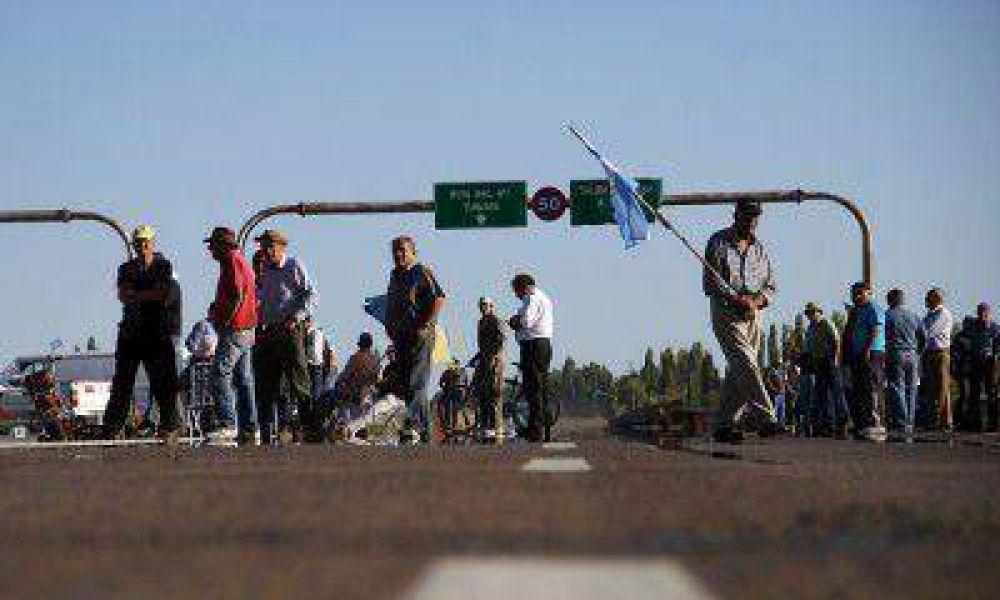 Los ex trabajadores de YPF volverán a cortar la Ruta 40 este martes