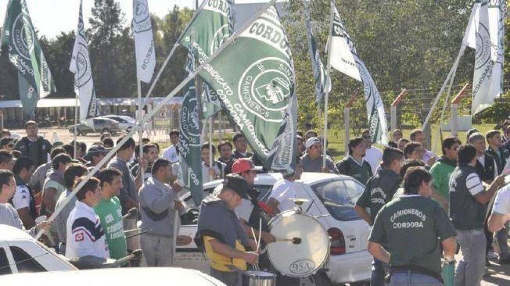 Camioneros amplían protesta y se aguarda actuación policial