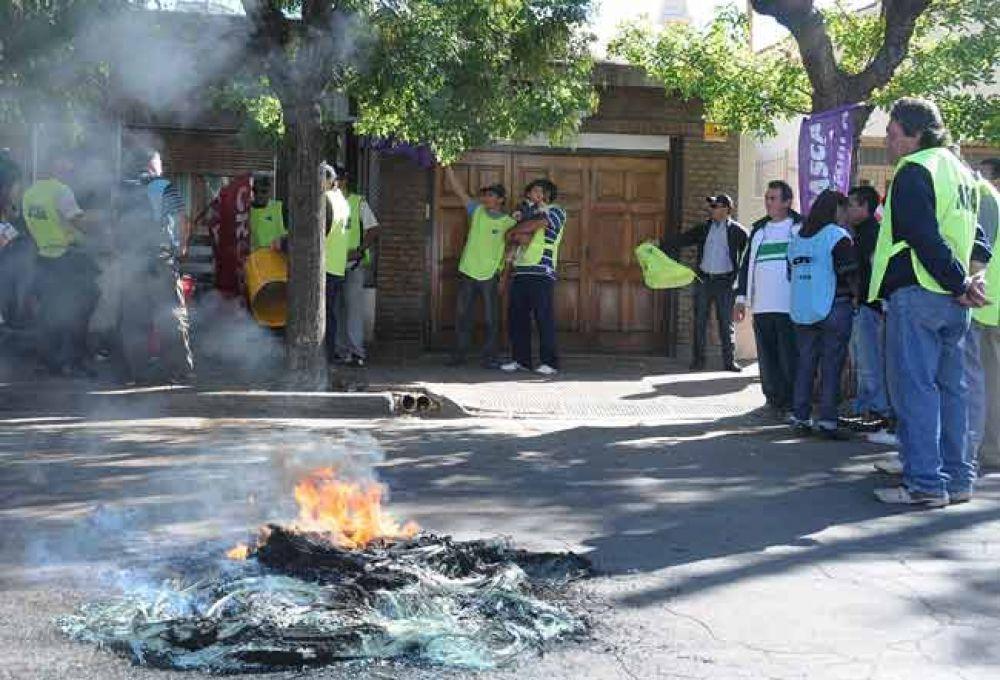 Trabajadores y gremialistas escracharon a Julio San Miguel