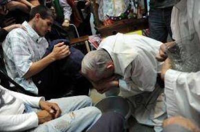 Francisco le lavó los pies a menores presos