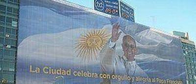La Ciudad homenajea al Papa con una gigantografía en el Centro