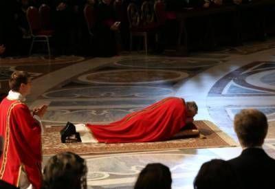 La postración del papa Francisco