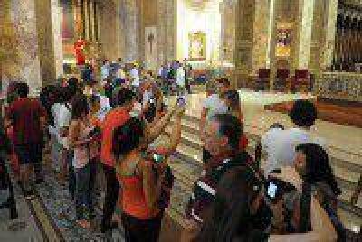 La Catedral recibe a los participantes del Vía Crucis