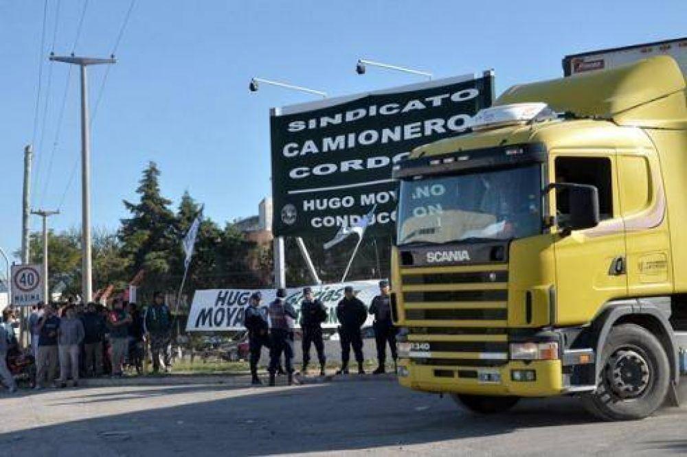 Los supermercados proponen la equiparación salarial pero el gremio de camioneros continúa con el bloqueo