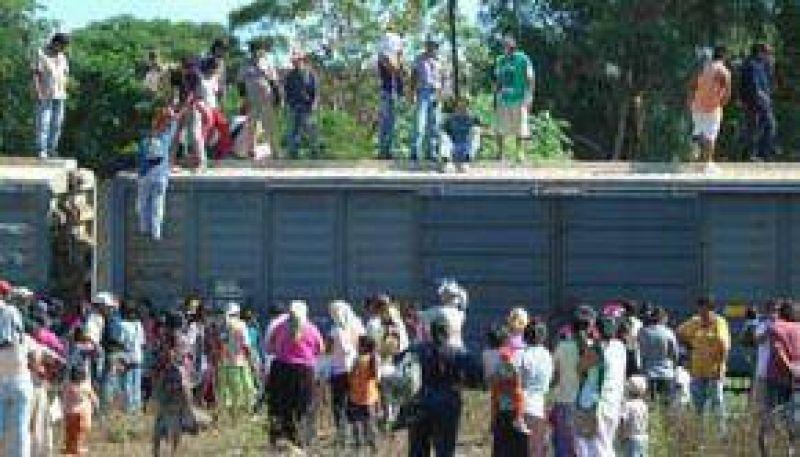 Manifestantes esperan la llegada de ayuda para liberar el tren
