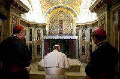 Francisco oró en la tumba de San Pedro