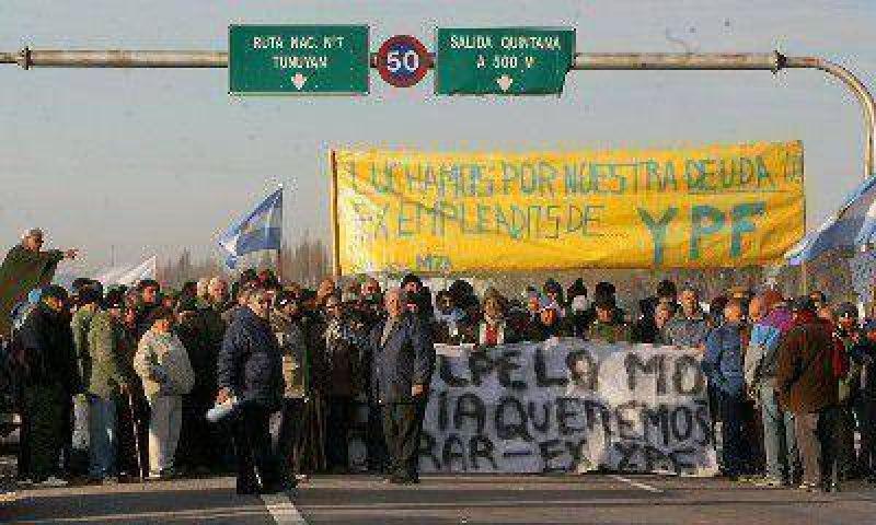 Ex ypefianos volvieron a cortar la ruta 40, en el puente del Río Mendoza