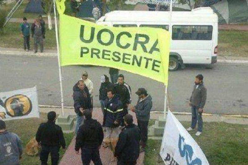 Manifestantes del UOCRA apedrearon el edificio de La Municipalidad